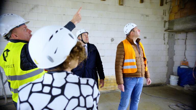 Bartosz Żmuda – projektant obiektu w Budzowie, Inspektor nadzoru inwestorskiego oprowadza gości z samorządu stoszowickiego po terenie budowy Inkubatora Przedsiębiorczości w Budzowie